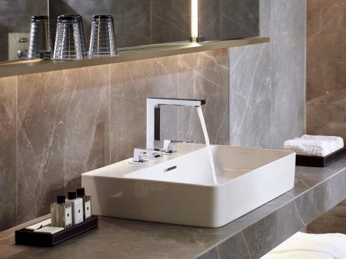 metropol-3-hole-basin-mixer-lever-handle_hotelroom_ambience_4x3